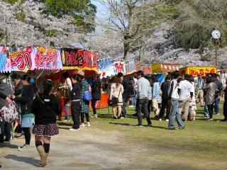 บูในงานเทศกาลชมดอกซากุระที่สวนโมบาระจากวันที่ 1 เมษายนจนถึงวันที่ 15 เมษายน