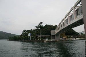 Jalan di atas laut menuju ke Pulau Mutiara Mikimoto