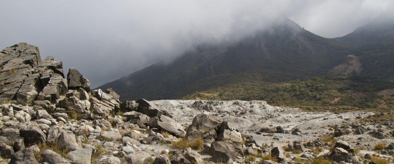 Темный силуэт горы Каракуни с вершины горы Ио