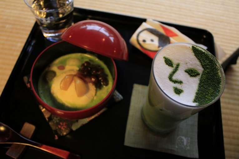 Kue dan Teh Hijau di Kafe Yojiya