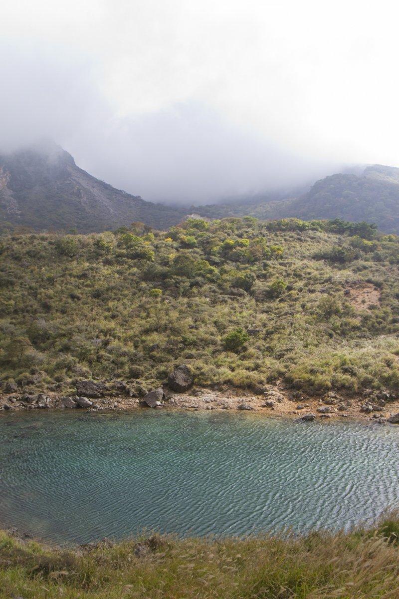 카라쿠니산 기슭에는 작은 연못이 있다