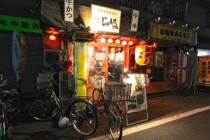 ร้านจังเคน ในย่านคามาตะในช่วงกลางคืน ร้านกินดื่มเล็กๆแบบนี้มีอะไรรอเราอยู่กันแน่ ซอมบี้สี่ตัวกับมีดหนี่งด้ามไว้รักษาชีวิต(เฮ้ย!!)