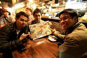บรรยากาศภายในร้านกับผู้ร่วมขบวนการแผนกะเหรี่ยงลุยญี่ปุ่นทั้งสี่ สามคนอยู่ในรูปอีกคนอยู่หลังกล้อง