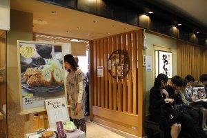 ใครๆก็ต่างมารอคิวเพื่อทานอาหารที่ร้าน Katsukura