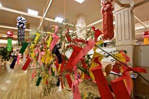 ทังซาคุ(Tanzaku)กระดาษหลากสีที่ผู้คนเขียนคำอวยพรอธิษฐานต่อดวงดาว