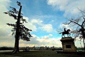 """บริเวณที่ตั้งของประสาทเซนไดบนภูเขาอาโอบะเป็นที่อยู่ของรูปปั้นอนุสาวรีย์ของ""""มังกรตาเดียว""""(dokuganryū -独眼竜)ดาเตะมาซะมุเนะ(伊達政宗)ขุนศึกแห่งสมรภูมิผู้ก่อตั้งเมืองเซนได"""