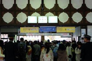 ทางออกสถานี Yoshino มาวันเสาร์ อาทิตย์ คนเยอะมากๆ