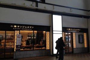ภายในสถานีมีร้านขนมปังชื่อดัง Siant Germain ตั้งรอให้ทุกท่านได้มาทานและซื้อไปฝากคนที่คุณรักครับ