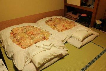 <p>ที่นอนฟูกบนเสื่อทาทามิแบบวิถีชีวิตของชาวญี่ปุ่นแท้ๆ</p>