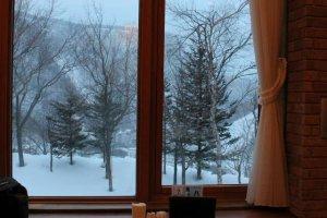 สามารถชมวิวธรรมชาติภายในผ่านหน้าต่างบานใหญ่ในห้องอาหารได้อย่างชัดเจน