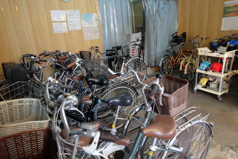 ทางร้านจักรยานให้เลือกหลายแบบ ราคาขึ้นอยู่กับประเภทของจักรยาน สนนราคาถูกมากๆ
