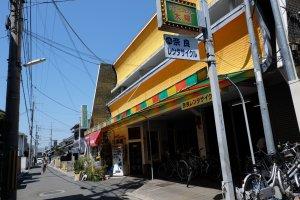 ตัวร้านเป็นอาคารสีเหลืองอย่างในรูป