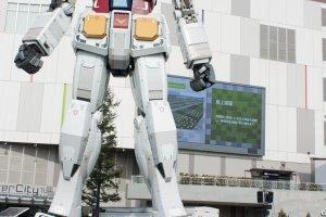 ไซส์ยักษ์ > มาดูโฉมหน้าของ Real-G กันชัดๆ ซึ่งหุ่นยนต์ที่ยืนตระหง่านในสเกล 1 : 1 นี้เมื่อเปรียบยักษ์กับมนุษย์ปกติแล้วไซส์ต่างกันลิบลับ โดย Real-G นั้นถูกสร้างขนาดเท่าจริงซึ่งสูงกว่า 18 เมตร และมีน้ำหนักกว่า 35 ตัน เลยทีเดียว