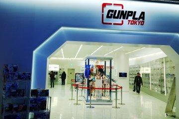 <p>Ganpla Tokyo &gt; สิ่งที่น่าสนใจด้านหน้าโซน&nbsp;Gundam Front Tokyo นี้ก็คือศูนย์รวมแห่ง Ganpla (ガンプラ) หรือ Gumdam Plastic Model ตัวต่อกันดั้มที่เป็นที่นิยมไปทั่วโลกนั่นเอง ซึ่งภายในจัดแสดงโมเดลหุ่นยอดฮิตที่ต่อกันไว้หลายรุ่นจัดแสดงไว้ในตู้อย่างสวยงาม สำหรับพระเอกสุดคลาสสิกนั้นเห็นจะเป็น Mobile Suit Gundam หรือ Gundam 0079 (Gundam&rsquo;79) อันถือเป็นหุ่นยนต์กันดั้มเวอร์ชั่นแรกของโลกที่ออกฉายทางทีวีในปี ค.ศ.1979 นั่นเอง&nbsp;</p>
