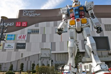 <p>An awesome view of the&nbsp;Gundam statue &quot;RG 1/1 RX-78-2 Gundam Ver. GFT&quot; in front of Diver City Tokyo.</p>