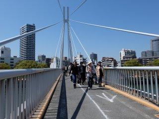 ออกจากสถานีรถไฟ เดินมาราวๆสิบนาทีจะเจอสะพานข้ามแม่น้ำโยโดเพื่อไปยังโรงกษาปณ์