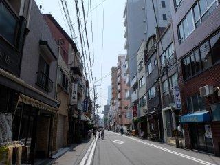 ลงใต้ดินสถานี Shitennojimae Yuhigaoka ทางออกหมายเลข 5 แล้วเดินตรงมาทางถนนเส้นนี้ราว 5 นาที