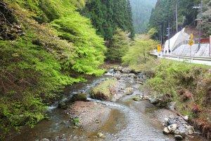 ลำธารสวยๆระหว่างทางเดินจากสถานีรถไฟ Kibune-Guchi ไปยังหมู่บ้านคิบุเนะ