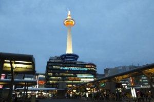 สถานีตั้งอยู่ตรงข้ามกับเกียวโตทาวเวอร์ (หอคอยเกียวโต)