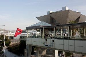 ภาพในมุมกว้างที่เราจะเห็นSaw, Sawing ประติมากรรมศิลป์เลื่อยยักษ์ที่ตั้งอยู่ด้านหน้า Tokyo Big Sight บนเกาะโอไดบะ