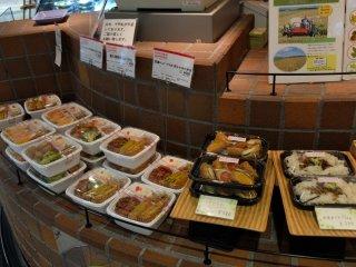 มีชุดอาหารกลางวันราคาประหยัดให้เลือกมากมาย ตกกล่องละ 350-600 เยน