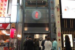 ด้านหน้าร้าน Mizuno Okonomiyaki ในย่าน Dotombori