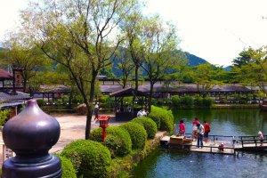 江戸村では、散歩する気になればいくらでも散策する場所がある
