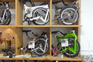 ในร้านเต็มไปด้วยจักรยานทุกรูปแบบ และที่ทางร้านเน้นมากๆ คือจักรยานพับได้ ซึ่งมีอยู่มากมายหลายยี่ห้อ