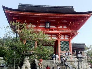 The entrance to Kiyomizu Temple