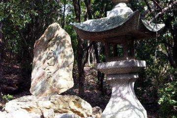 Камень хайку и фонарь