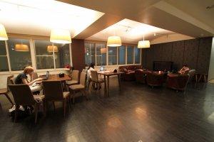 大家常常聚集一堂的客廳兼餐廳!