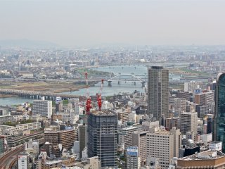 As vistas panorâmicas de 360 graus da cidade de Osaka durante o dia são simplesmente de cortar a respiração. Posso apenas imaginar o quão belas devem ser à noite!