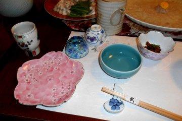 봄의 예쁜 접시들과 사케 컵들