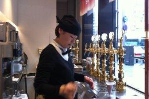 Meja bar tempat dispenser-dispenser cuka