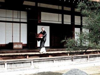 Монах-ученик выполняет какие-то задания