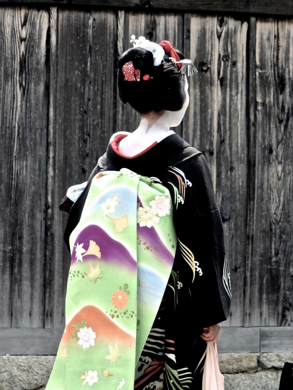 Эта прелестная женщина в кимоно прогуливалась по храмовому комплексу