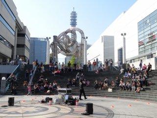 การแสดงที่ Queen's Square