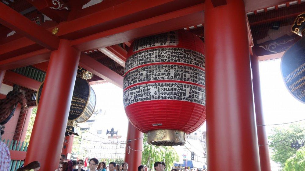 โคมไฟญี่ปุ่นขนาดยักษ์ที่ประตูคามินาริ-มอน (Kaminari-mon) หรือประตูสายฟ้า