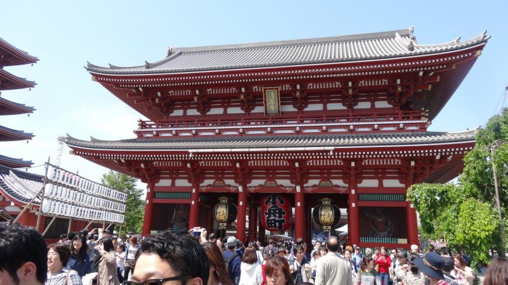 ประตูคามินาริ-มอน (Kaminari-mon) หรือประตูสายฟ้า