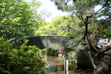 <p>The park has several stone and wooden bridges that add a lot of charm.</p>