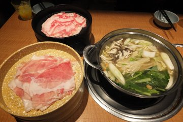 <p>ชาบูหมูและเนื้อในน้ำซุปนมผสมคอลลาเจน</p>
