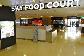 Sky Food Court就在瞭望台的不遠處,且提供日式、中式、與西式美食,以及飛機起飛的美景!