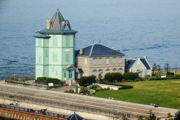 해변 호텔 마이코 빌라에서 본 선얏센 기념관. 이곳은 일본 선얏센을 기리는 유일한 기념관이다. 이곳은 원래 성공한 중국인 사업가에 의해 휴양지로 지어졌으며, 1913년 선얏센이 이곳을 방문해 나중에 기념관에 건립되었다