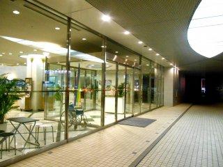 Pintu masuk Century Plaza Hotel Tokushima saat malam hari