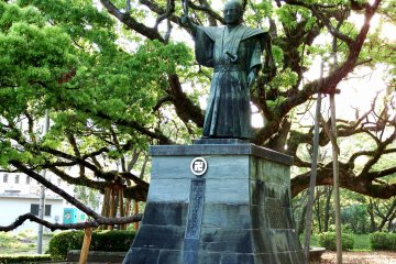 <p>Statue of Hachisuka Iemasa, the son of Hachisuka Koroku, a so-called bandit, and the first lord of the Tokushima domain</p>