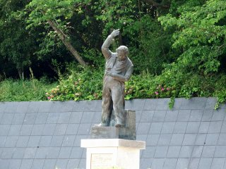 Statue of Beethoven conducting a baton with his eyes closed. The classical music band formed by some POWs played Beethoven's Ninth Symphony here for the first time in Japan's history. That was the beginning of the annual performance of the Ninth Symphony at the end of the year throughout Japan!