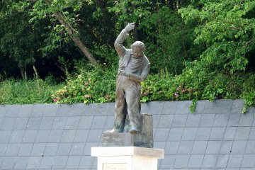 <p>Statue of Beethoven conducting a baton with his eyes closed. The classical music band formed by some POWs played Beethoven&#39;s Ninth Symphony here for the first time in Japan&#39;s history. That was the beginning of the annual performance of the Ninth Symphony at the end of the year throughout Japan!</p>