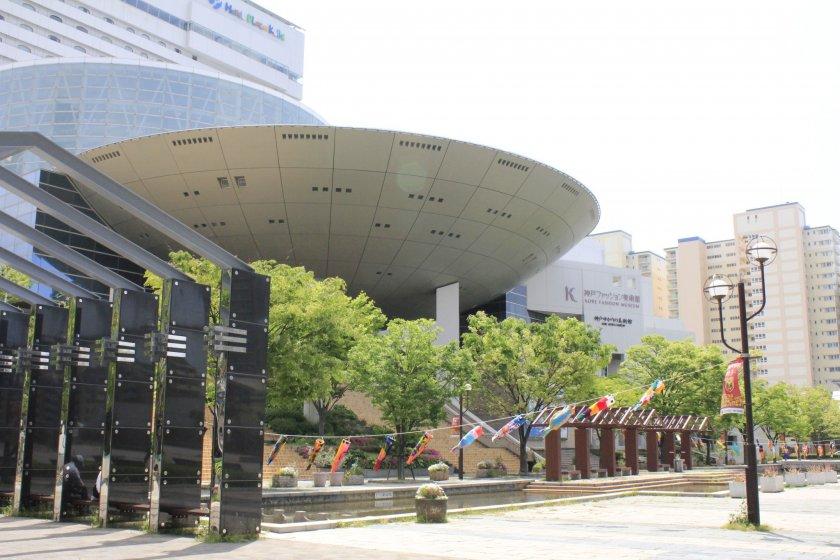 เดินลงมาจากสถานี Island Center ก็จะเห็นภาพแบบนี้