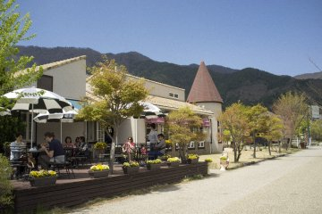 <p>Cosy cafes like this one in particular are scattered around the lake.</p>