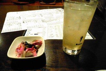 스다치 츄하이, 스다치는 도쿠시마의 특산품 중 하나이다; 녹색의 작은 감귤류. 그것들은 도쿠시마 밖에서 살 때 매우 비싸지만, 여기에서는 흔하고 당신은 매일 그것을 먹는다. 정말 호화롭다!